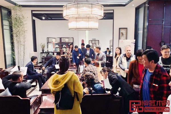 第41届国际名家具(东莞)展览会上,豪族旺家展厅现场人气火爆