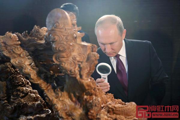 厦门金砖国家领导人会晤时,一件名为《事事如意》的檀香莆田木雕工艺品,吸引了俄罗斯总统普京的驻足,甚至是拿起放大镜进行观赏