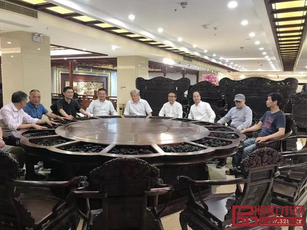 """西泠印社成员们落座大清翰林""""可拆椅""""并动手体验"""