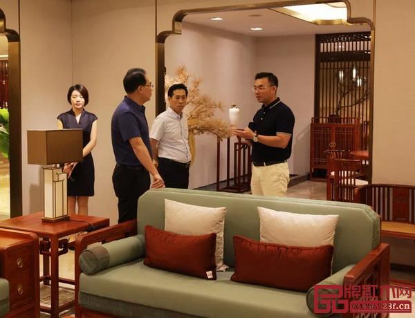 国寿红木董事长陈国寿、总经理陈卫棠为考察团介绍红木家具和产品特色