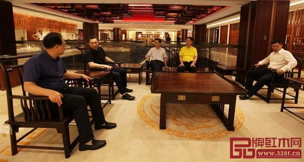 考察团参观国寿红木三大品牌旗舰展厅和样板间