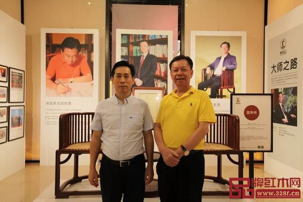 湖南省郴州市人民政府副市长周海林(左)与国寿亚博体育下载苹果董事长陈国寿(右)合影