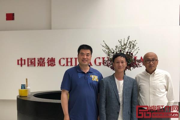 竞拍成功后,区锦泽(中)与佳士得裴朝辉(左)、中国嘉德乔皓(右)合影留念