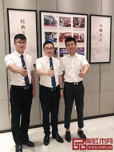 雅宋红木总经理石拥军(中)与蒙自旗舰店总经理吴总(右)在店内合影
