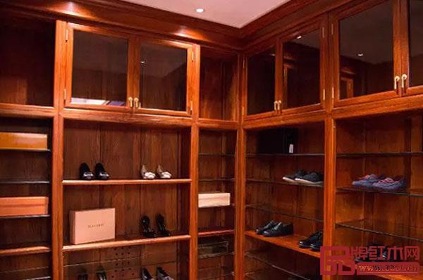 东成红木全屋定制卧室空间的衣帽间与鞋柜