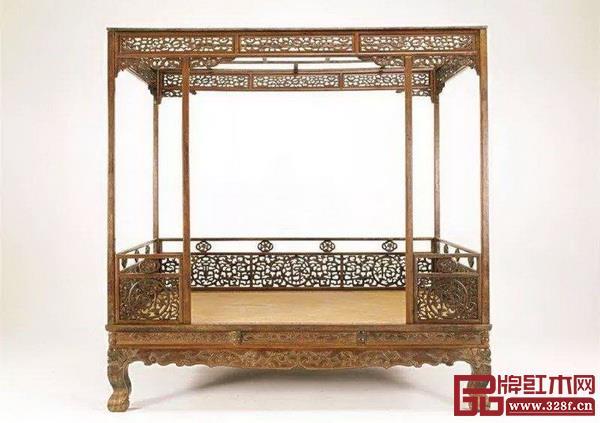 更为复杂的架子床是这类有门围板和围子有精美纹饰的,拍卖市场上最高拍价超出4000万元(黄花梨螭龙纹六柱架子床一例)