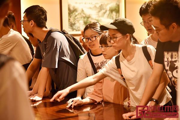 东成红木重视人才培育,积极对接全国设有家具相关专业的高校、院所,体现品牌大企业的责任和担当