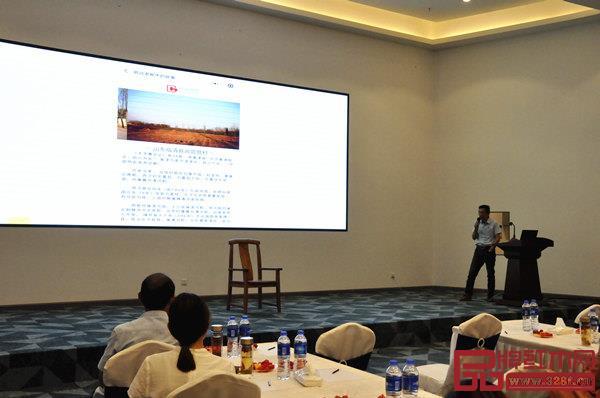 致远家具运营总监王蔚明演示二维码文化溯源系统并解读品牌升级?