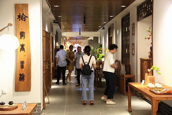 经销商们参观致远家具老榆木文化馆
