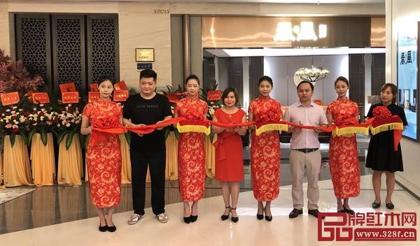 雍博堂红木春风罗浮宫店总经理张馨予、余兴福,总部大区经理肖天博等一起为开业剪彩。
