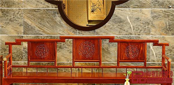 香山桃园巴花《映江南沙发》的靠背是根据江南地区的屋顶特色来设计的