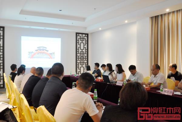 政府领导、第三届新中式红木展组委会领导代表以及重点企业、参展商代表出席本次会议