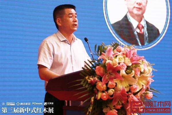 中山市大涌镇镇长贺修虎表示,红木企业要利用好新中式红木展的平台效应,提升企业形象和品牌化建设