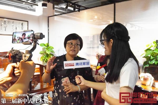 祥瑞坊亚博体育下载苹果董事长贺燕琼女士接受腾讯家居的直播采访,将《荷荷美美》沙发的美好寓意传达给更多观众