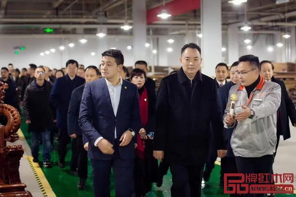 忆古轩总经理刘宇(左一)陪同南充市委书记宋朝华(左二)在全市重点项目拉练现场调研