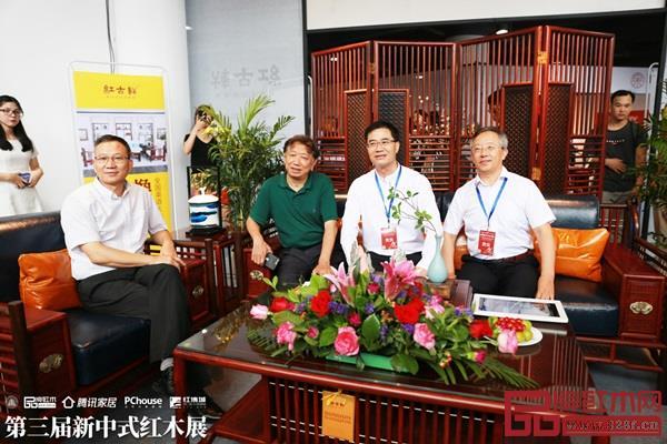 王克(右二)与其他嘉宾领导参观红木品牌展厅