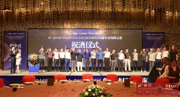 林伟华(左五)与出席晚宴的其他领导嘉宾共同上台祝酒