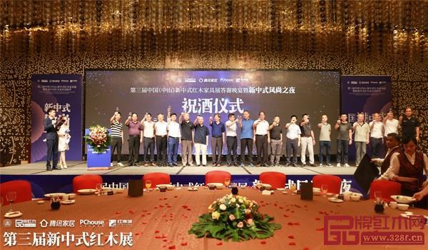 石立峰(左十)与其他出席晚宴的领导嘉宾共同上台祝酒