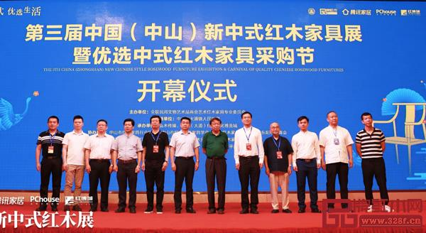许柏鸣(左五)与出席开幕式的其他领导嘉宾合影