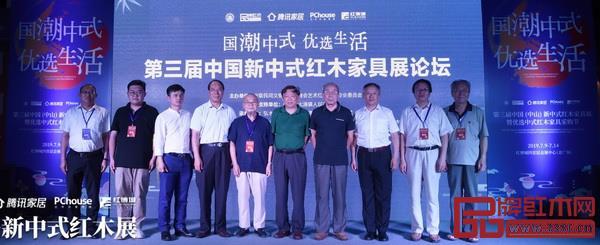唐开军(右二)与出席论坛的其他领导嘉宾合影