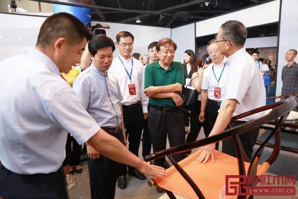 在第三届新中式红木展上,领导专家对东成文宋给予高度评价
