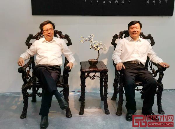 深圳市委常委、宣传部部长李小甘(左)和哈尔滨市委常委、统战部部长梁野