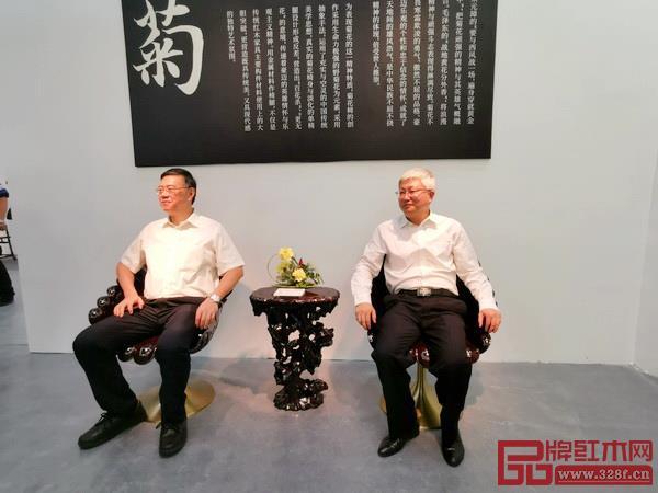 深圳市委宣传部副部长刘文斌(右)和深圳报业集团社长陈寅(左)试坐泰和园菊花椅