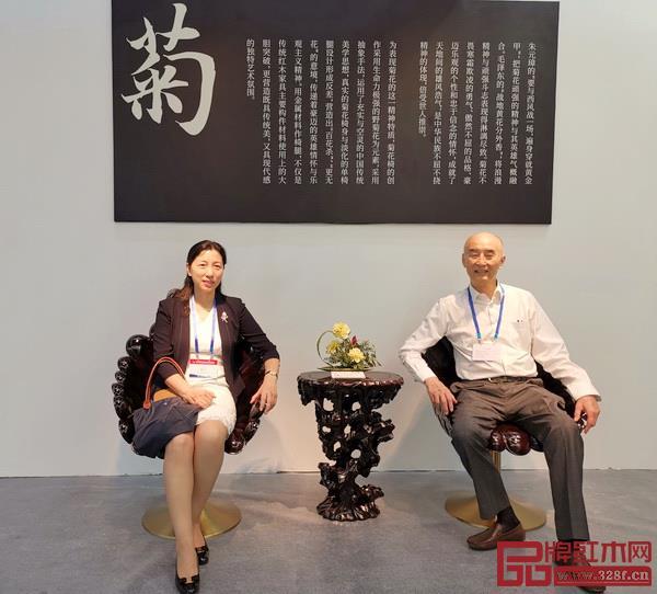 深圳市龙岗区副区长尚博英(左)和中国传统工艺大师、泰和园董事长邵湘文体验泰和园菊花椅