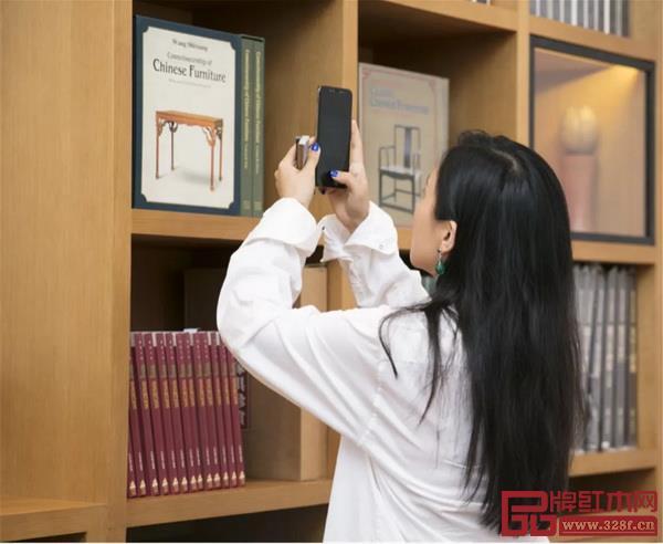 捕捉到陈漫用手机拍摄王世襄旧藏书籍的一瞬间