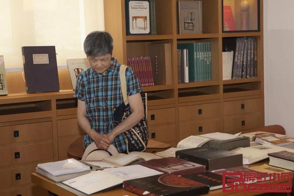 """本次展览主题""""汲古涵今""""的撰写者——中国社会科学院文学所研究员扬之水也前来观展"""