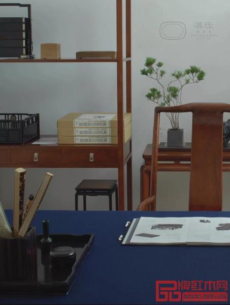 由区氏制作的中国明式经典家具于其他家具和艺术品组成的各个集生活、艺术与设计为一体的家居空间