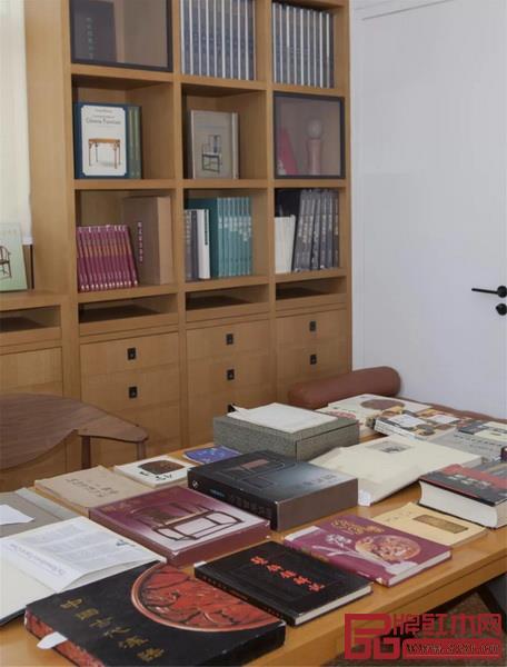 书房空间中陈列的数十本王世襄先生藏书(部分)