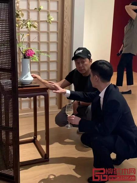 演员郭涛观展