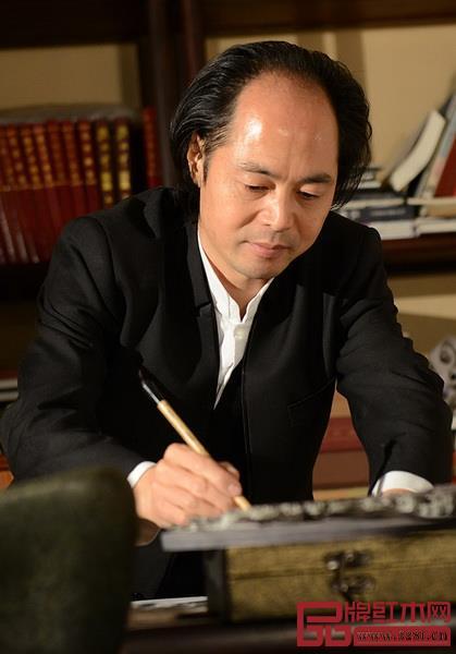 中国木雕艺术大师、大清翰林创始人吴腾飞大师正在作画