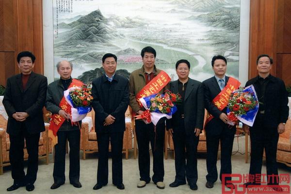 """大家之家董事长林庆财(右二)获评""""中国工艺美术大师"""""""