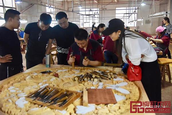 明清居红木工匠展示雕刻工艺