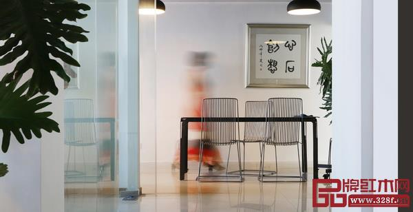 心石《疏影》餐厅系列:餐桌的腿部与桌板空出来的部分为中式家具经典的牙板特征,与经典不同的是将传统之实形转化为空,空缺让人视觉停留,空缺也让人思绪放空,线和面交织呈现出空灵之美,钢材厚实而冷静,线材简洁灵动,因留白而更具生机