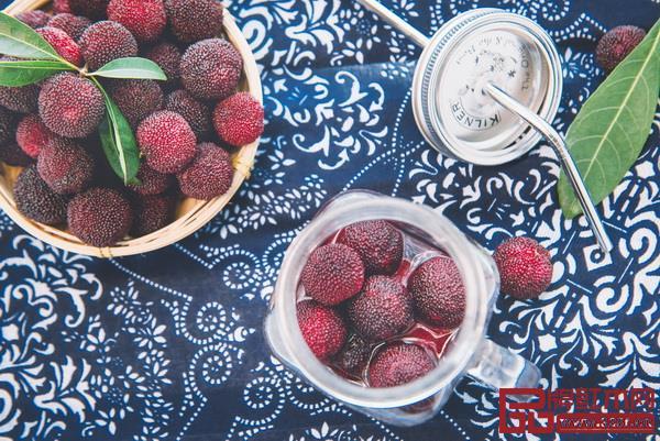 杨梅红 清新甜美  取自夏季水果杨梅,一种或深或浅的红色调,接近正红,却不那么热烈饱满,接近绛红,但不那么深沉压抑,有着自然气息。  适合:当季正好、酸中带甜的感觉