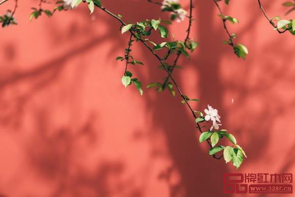 宫墙红 大气典范  故宫墙面广泛使用而得名,介于红色与橙色之间,阳光之下温暖艳丽,阴影之下沉着正气,与朱砂之色最为接近。  适合:经典正统、祥瑞喜气的感觉