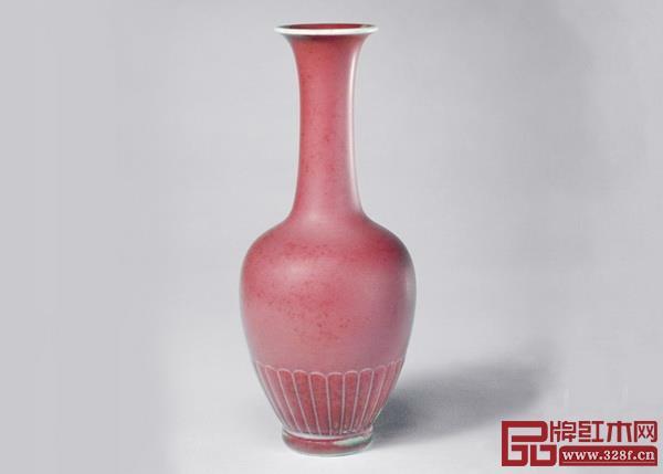 豆沙红 低调优雅  源自名贵的高温铜红釉-豇豆红釉和绵绸的红豆粥,其色饱和度低,带有粉质感,粉红中略带灰色,温柔日常。  适合:淡雅宜人、温婉素雅的感觉