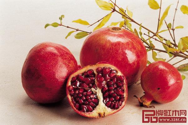 石榴红 鲜亮动人  取自珍奇浆果石榴,其色明度高,让人联想到饱满晶莹的果肉,鲜透的红色如果汁喷涌而出。  适合:动感活力、热情高调的感觉