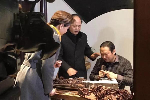 CCTV-1《记住乡愁》走进卢宅,吴腾飞领大众品味东阳木雕