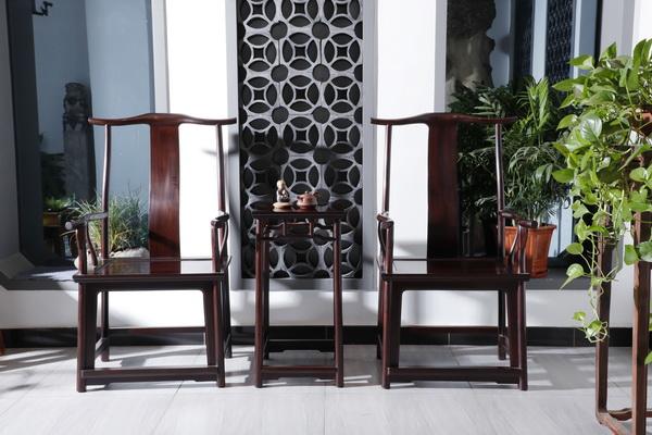 明尊古典采用多道古法技艺让家具光彩照人