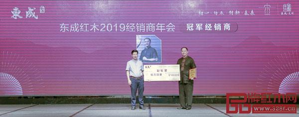 东成亚博体育下载苹果董事长张锡复(左)为东成亚博体育下载苹果2018年度销售冠军经销商颁奖