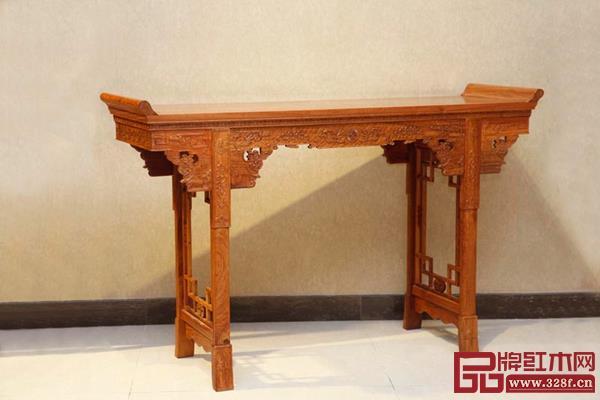 此款条案雕刻丰富细致,带有浓厚的清式家具风格,具有收藏价值