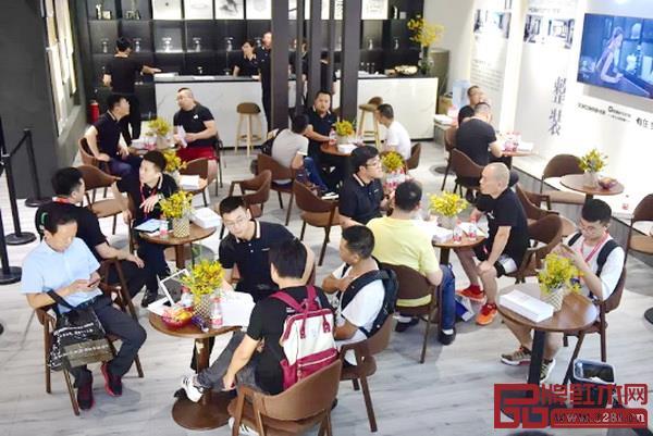 第21届中国建博会(广州)一企业展位上有众多经销商在洽谈咨询