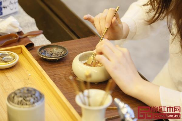 学员们还一起跟着茶艺师和香道师学习茶艺和香道