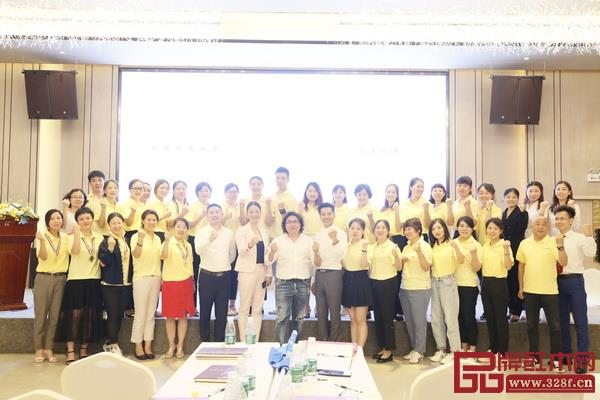 戴为总裁戴爱国(左八)及夫人董事总经理翁肖尤(左七)与学员们合影