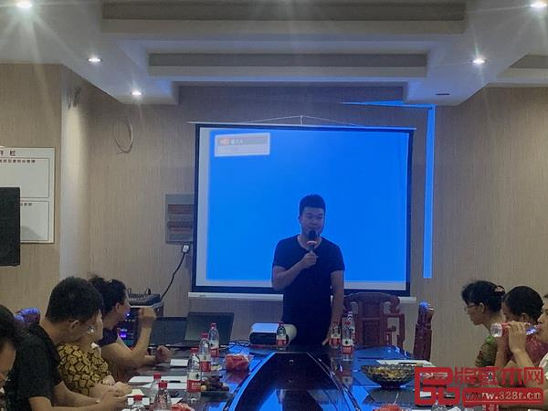 兴成红木营销总监王江皖发言
