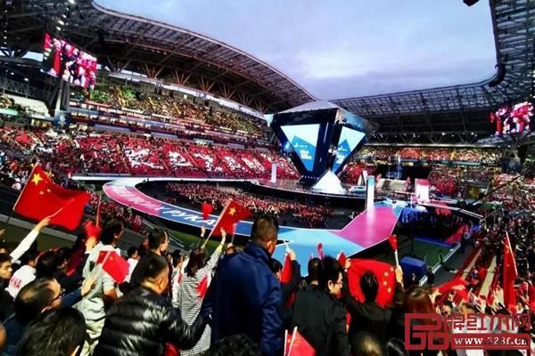 第45届世界技能大赛闭幕式现场,中国观众激动挥舞着国旗